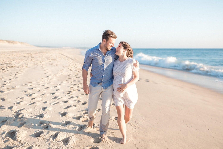 couple qui marche dans le sable