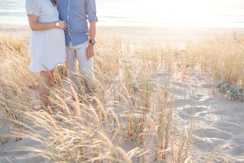 détail des corps des amoureux dans les herbes hautes