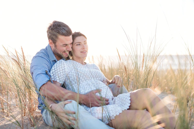 couple amoureux assis dans les herbes hautes