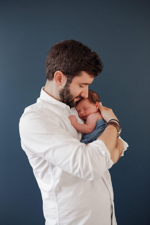 Bébé dans les bras de papa