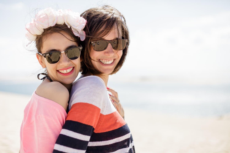 2 amies avec leurs lunettes de soleil sur la dune du pilat