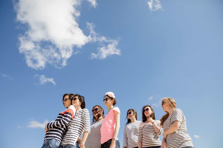 gang de filles dans un ciel bleu