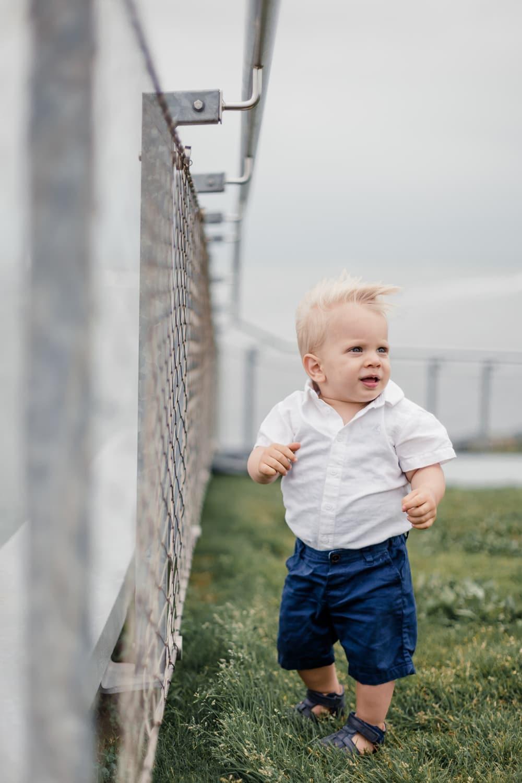enfant d'un an cheveux au vent