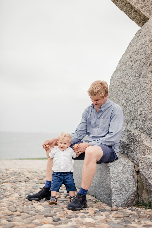 papa avec son fils en pleine séance photo