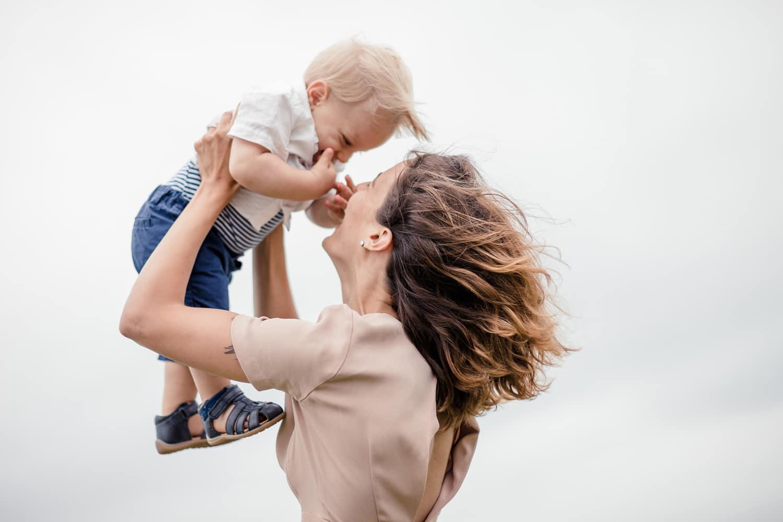 Maman tenant son fils dans les airs